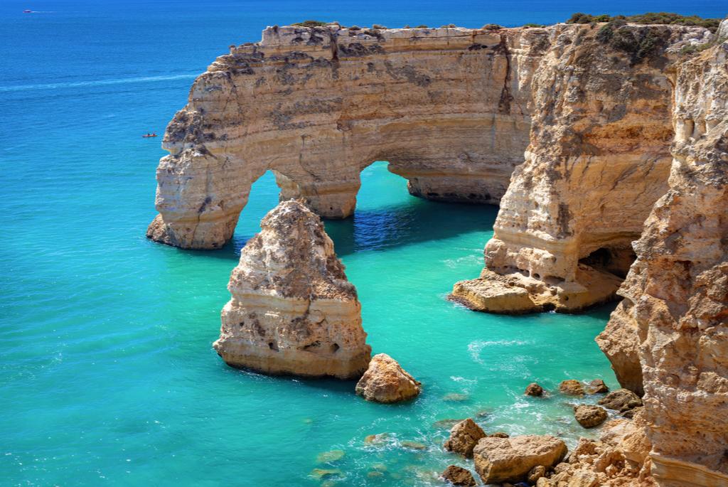 Ciepłe zimowe destynacje w Europie Praia de Marinha